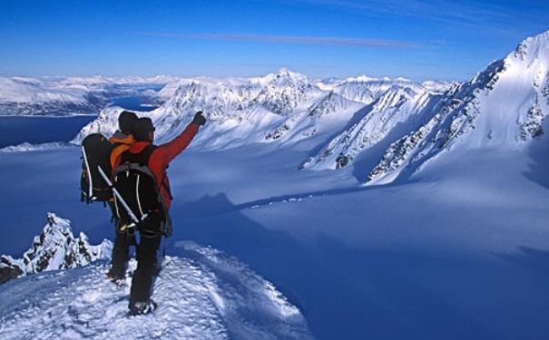 爬山背什么包?爬山要背什么样