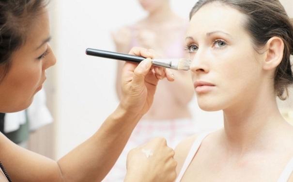 化妆会伤害眼睛吗?化妆会给眼