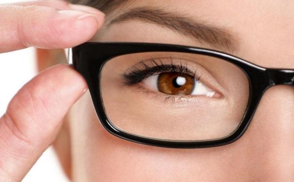 割双眼皮后眼睛肿正常吗?割双