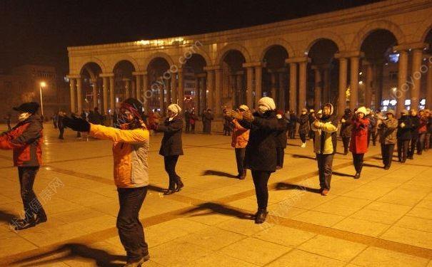 广场舞老人拒绝让步高考,怎么跳广场舞才能不扰民?[多