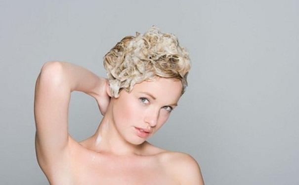 哪些洗头方式容易导致女性脱发?加速女性脱发的食物有
