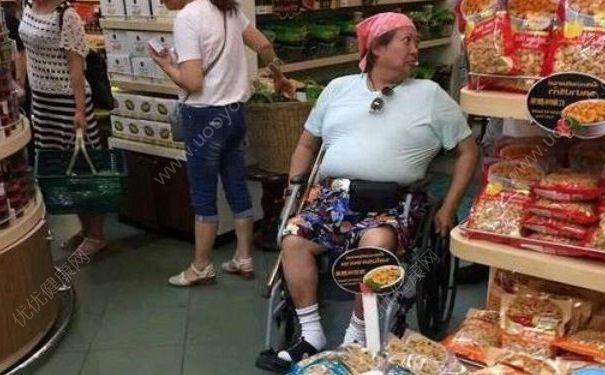 65岁洪金宝坐轮椅现身泰国,年轻时运动过量也不好吗?[