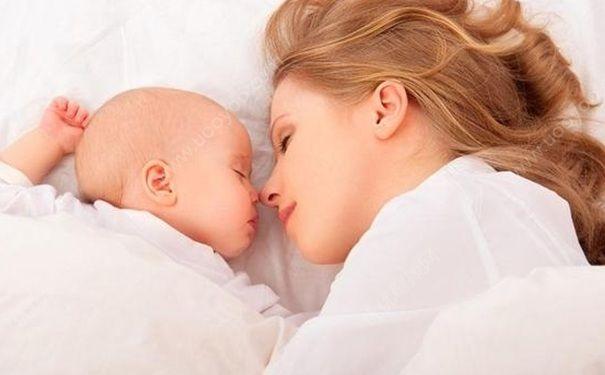 抱着宝宝睡觉都有哪些好处?孩子抱谁到独自睡应该怎样