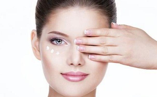 该怎样正确使用眼霜?22岁女性用什么牌子眼霜好?[图]